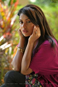 Amala Paul in Langa Voni - Iddarammayilatho High Definition Photos