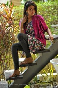Amala Paul in Langa Voni - Iddarammayilatho High Definition Photos