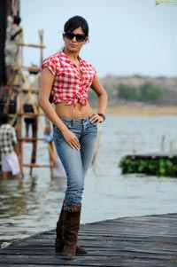 Sexy Samantha in Midriff Shirt and Jeans (High Definition)