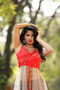 Sheetal Bhatt in Red Front Slit Tunic Top