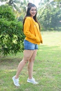 Mannara Chopra in Hi 5 Movie