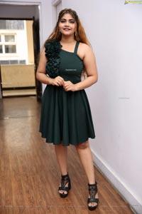 Sara Khan at Sutraa Select Grand Curtain Raiser