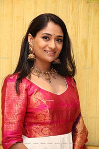 Sandhya Raju HD Stills in Traditional Jewellery